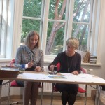 """Sutartį pasirašo lopšelio-darželio """"Žilvinas"""" direktorė R. Jurgutienė ir Palangos švietimo pagalbos tarnybos direktorė V. Želvienė"""