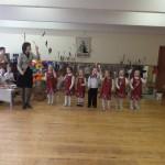 """Svečiai iš """"Gintarėlio""""  kartu su meninio ugdymo mokytoja Valdone Juozapavičiene atlieka """"Virėjų šokį"""""""