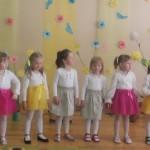 Mergaičių ansamblis dainavo dainelę apie lietutį
