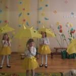 """Grupės """"Eglaitės"""" mergaičių šokis su skėčiais"""