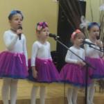 Augustė, Medeinė, Miglė ir Kamilė dainuoja apie lietutį