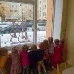O vaikučiai laukia paukštelių.