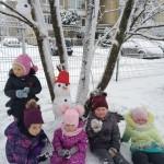 Nulipdėme net tris sniego senius. Skaičiavome rutulius, lyginome juos pagal dydį, du mažesnius įkurdinome aukštai, o didesnį - žemai.