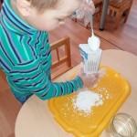 Dirbtiniui sniegui pagaminti reikėjo krakmolo ir vandens.