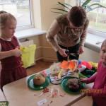"""""""Ąžuoliukų"""" grupės vaikai gamina draugą Elyziuką"""