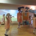 """Gėlyčių šokis ir meninio ugdymo mokytojos Aistės atliekama daina """"Ryto tyloje"""""""
