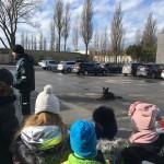 Šuo stebino vaikus paklusnumu