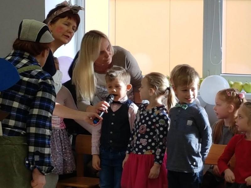 Vaikai sveikina darželį