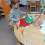 """Grupėje """"Gintarėliai"""" vaikai taip pat stengiasi įsiminti Lietuvos vėliavos spalvas."""