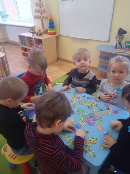 """Grupės """"Žuvytės"""" vaikai supranta, kad veikiant kartu, net ir sudėtingiausius darbus atlikti galima."""