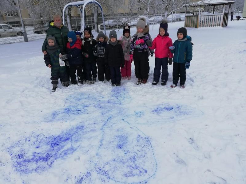 """Neužmirštuoles ant sniego taip pat kuria grupės """"Berželiai"""" vaikai."""