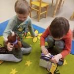 """Grupės """"Gintarėliai"""" vaikai džiaugiasi rėmėjų dovanėlėmis"""
