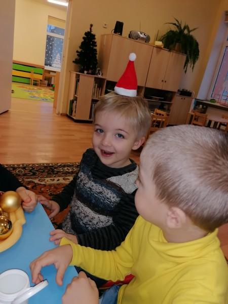"""Grupės """"Žuvytės"""" vaikai matuojasi nykštuko kepurytę"""