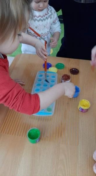 Dažome vandenį, kad ledo kubeliai būtų spalvoti.