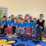 Kiti grupės vaikai – sirgaliai, energingai palaikantys savo įstaigos komandą