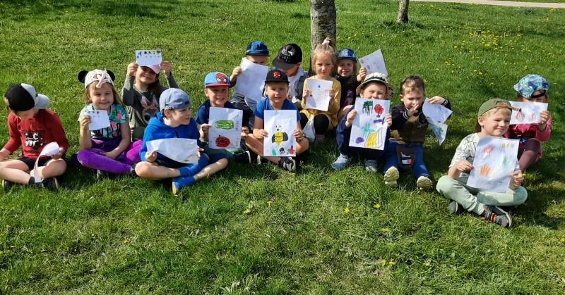 """Grupės """"Ąžuoliukai"""" vaikai išsiaiškino, kokie vabzdžiai gyvena pievoje ."""