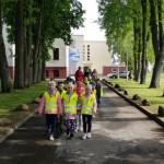 """Prieš išleistuvių šventę priešmokyklinukai dalyvavo žygyje """"Surasiu savo būsimą mokyklą""""."""